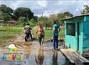Vereador Babá Tupinambá visita áreas alagadas e vistoria trabalho de montagem da academia ao ar livre